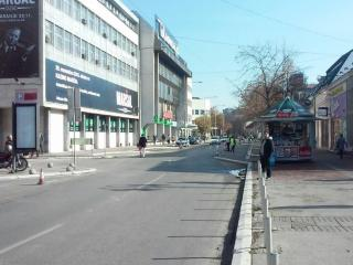 Ulica i prazan parking u centru